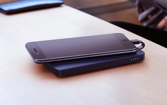 绿联移动电源给安卓手机充电