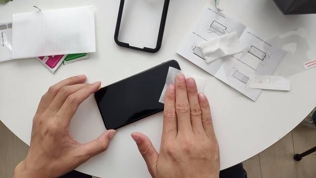 教你1分钟学会贴iPhone XS钢化膜.jpg