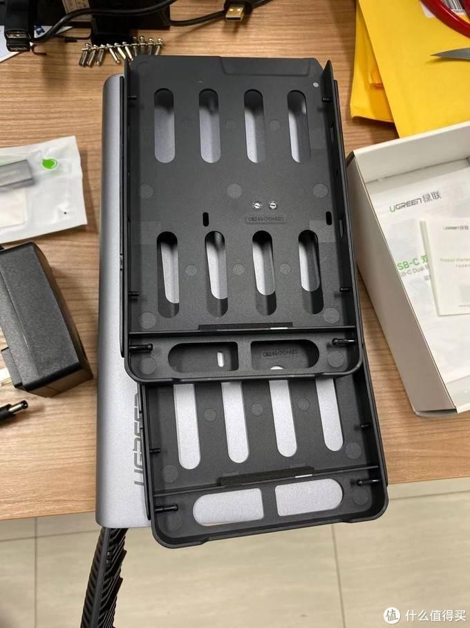 绿联USB-C双盘位磁盘阵列盒外观展示