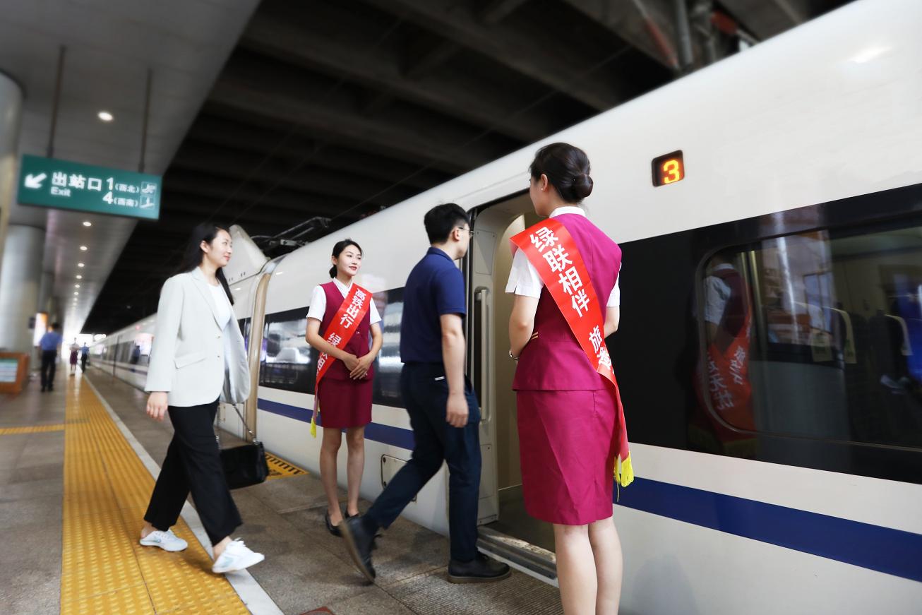 中国铁路与绿联携手合作,多款产品入驻高铁车厢,为30亿人次提供服务